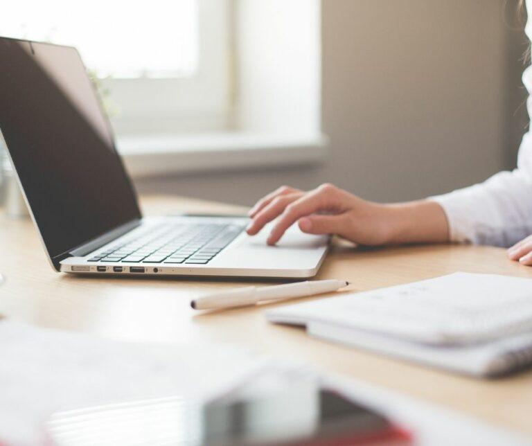 laptop na biurku-Monika Materkowska Wirtualna Asystentka